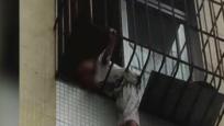 8歲男孩卡防盜網命懸一線 民警破門火速救援化險情