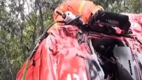 兩貨車相撞一車頭掉落 一司機懸空被困駕駛室