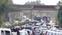 机场迎来客流小高峰 高速公路多路段缓慢通行