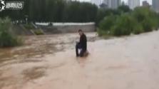 兰州:淡定哥河中玩手机 受伤还拒绝救援