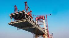 世界首座高低矮塔公铁两用斜拉桥——芜湖长江公铁大桥主塔建成