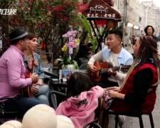 外国人的中国年:逛海口 品小吃 留学生感受中国年