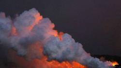"""夏威夷火山熔岩流入太平洋 有毒""""蒸汽云""""升腾火光交映"""