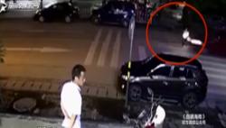 女孩斑马线被车撞飞 司机逃逸交警正在调查