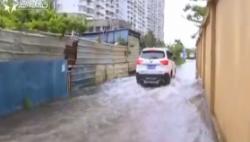 """""""贝碧嘉""""徘徊不散:椰航街被淹成河 居民家水深过膝"""