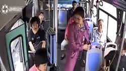 公交车关车门夹到人 乘客却都为司机点赞