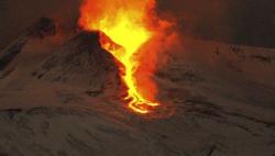 意大利埃特纳火山喷发 西西里岛两座机场一度关闭