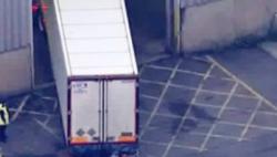 荷兰警方在运往英国的冷藏集装箱内发现25名偷渡者