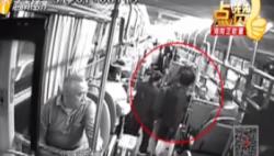 游客公交車上發病昏迷 眾人合力救助暖人心