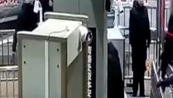 關注春運:男子摘包嫌麻煩 把自己送進了安檢機!