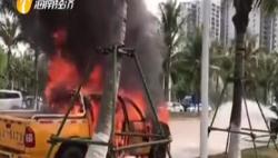 皮卡行驶中熄火冒烟 驾驶员慌忙下车求援