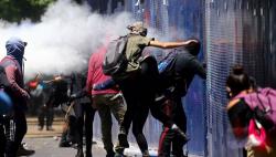 美国驻墨西哥大使馆遭投燃烧弹 抗议者焚毁美企机构