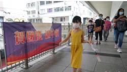 """庆国庆、贺中秋  """"中国红""""装点香港街头"""