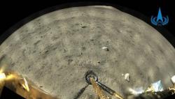 嫦娥五号成功着陆并传回着陆影像图