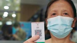 """老年人""""亮碼""""不用手機!上海推出""""隨申碼""""卡片版"""