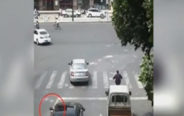 @全体驾驶员 等红绿灯时的这些陋习要摒弃