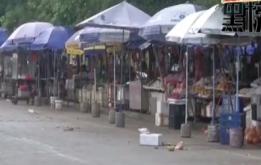 临时市场设在路边 保洁不力垃圾遍地