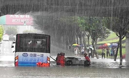 长春城市内涝大巴车陷水中 消防官兵救援22名被困乘客