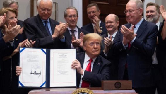 美国总统特朗普签署音乐现代化法案 多名音乐人出席仪式