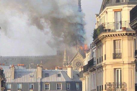 突發!巴黎圣母院發生大火 塔尖倒塌 建筑損毀嚴重