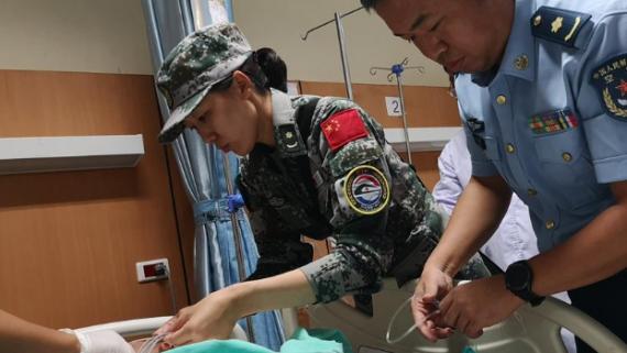 """关键时刻有他们!我军""""和平列车""""医疗队全面救治老挝严重车祸同胞"""