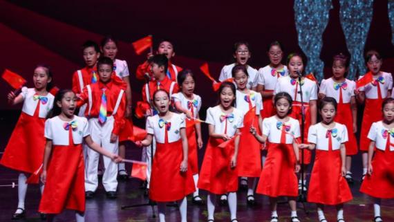 为孩子们讲国旗班的故事