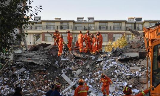 吉林白城一银行办公楼坍塌致1死4伤 仍有4人被困