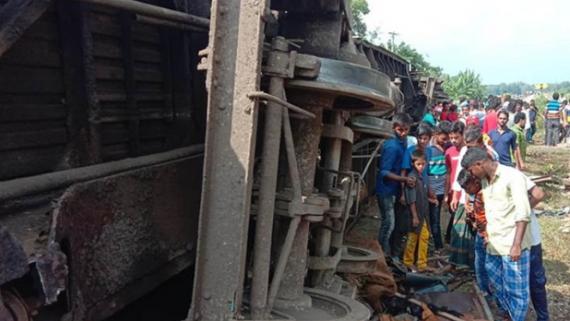 孟加拉国发生两列火车相撞事故