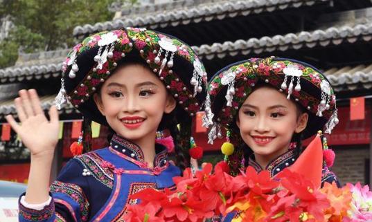 云南墨江国际双胞胎文化节举行花车巡游