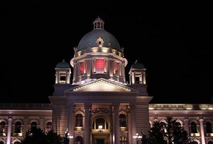塞尔维亚建筑点亮中国红表达感谢