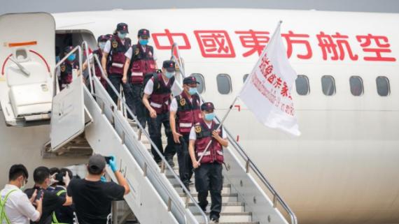 中国抗疫医疗专家组抵达老挝