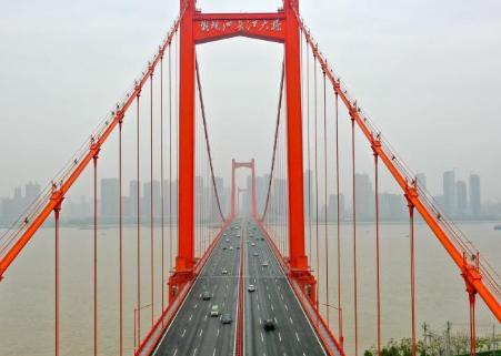 航拍武汉跨江大桥:车辆明显增多