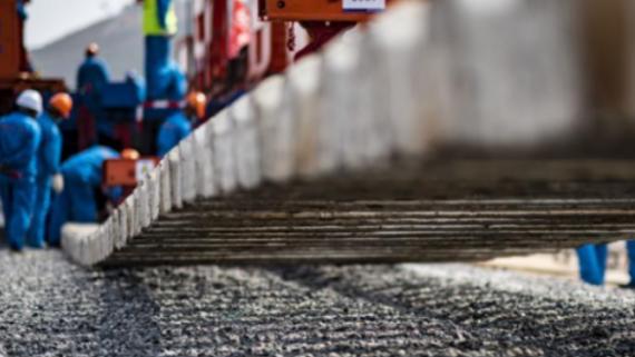 中老铁路国内段开始铺轨