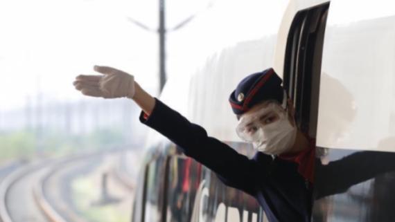 """武汉开出""""解封""""后开往湖北省外的首趟始发列车"""
