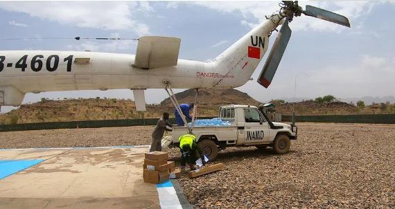 我第三批维和直升机分队完成联非达团驻戈洛任务点急需生活医疗物资补给运输