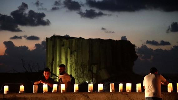 烛光祈福贝鲁特港口区爆炸伤亡和失踪人员