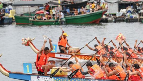 海南陵水举行赛龙舟活动