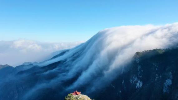 壮观!江西庐山冬季现瀑布云海 倾泻而下如梦如幻