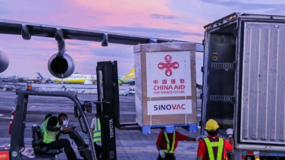 中国援助的菲律宾首批新冠疫苗运抵马尼拉