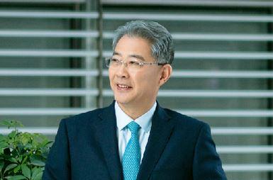 全国政协委员、中国光大集团董事长李晓鹏建议:加快推广统一的社会性长期护理保险制度