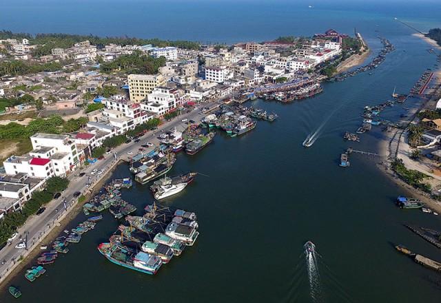 沿江的普通小镇手绘