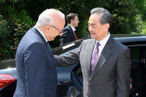 王毅会见法国总统外事顾问埃蒂安