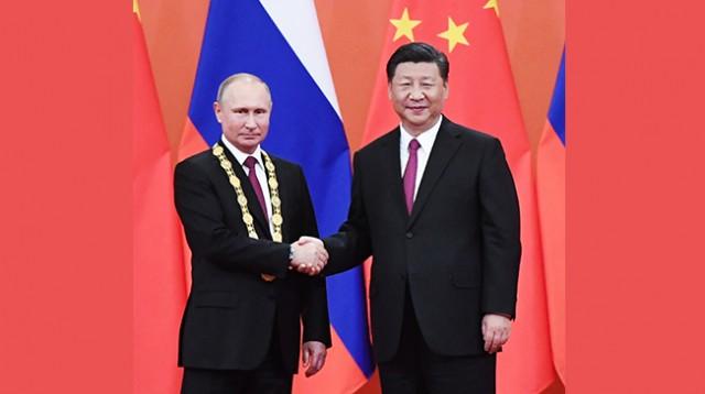 """习近平向俄罗斯总统普京授予首枚""""友谊勋章"""""""