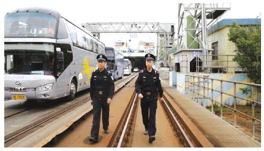 """2019年""""春运""""首日:海口铁警守护琼州海峡回家路"""