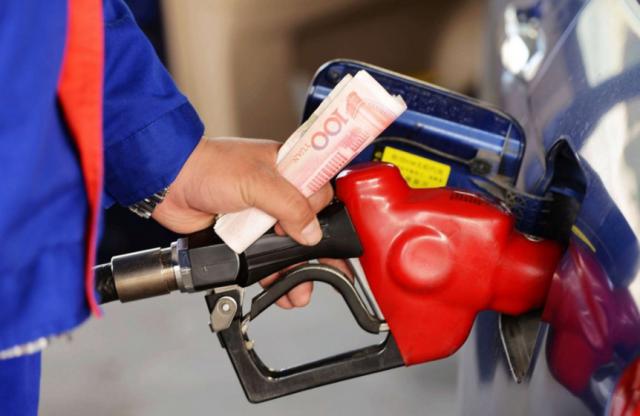 """油价迎来""""四连涨"""" 海南92号汽油每升涨0.22元"""