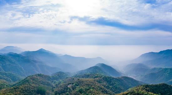 东起吊罗山国家森林公园,西至尖峰岭国家级自然保护区,南自保亭县毛感