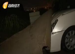 暴雨导致小区围墙倒塌 4辆车被砸不同程度受损