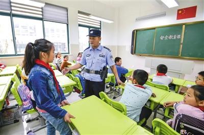 公安部:今年年底前城市中小学专职保安配备率达100%