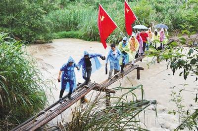 风雨过后 红旗挺立(壮丽70年 奋斗新时代·记者再走长征路)
