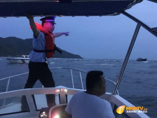 情况危急!一渔船触礁搁浅 陵水警方紧急营救(附营救视频)